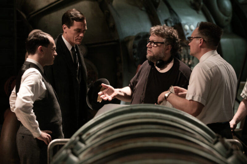 Michael Stuhlbarg, Michael Shannon, Guillermo del Torro and David Hewlett sul set de La forma dell'acqua