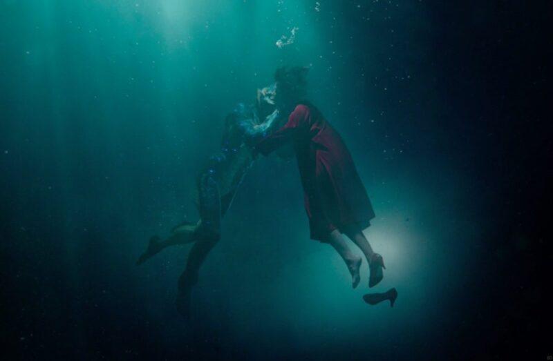 Sally Hawkins e la misteriosa creatura in una scena del film