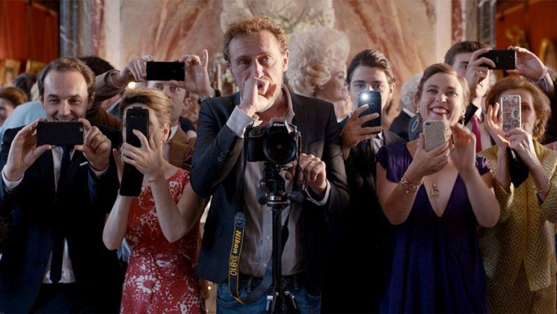 Dalla commedia francese C'est la Vie - Prendila come viene una nuova clip dal titolo Uno staff di primo livello: dal cantante ai camerieri passando per il fotografo, la loro professionalità fa davvero discutere e divertire.
