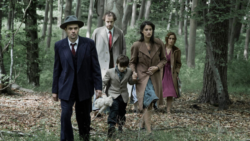 Across the Waters - Arne e e la sua famiglia fuggono nei boschi