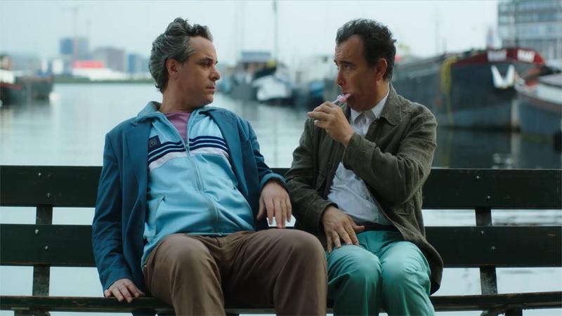 Due piccoli italiani - Salvatore, Francesco Colella, e Felice, Paolo Sassanelli, nel porto di Rotterdam.