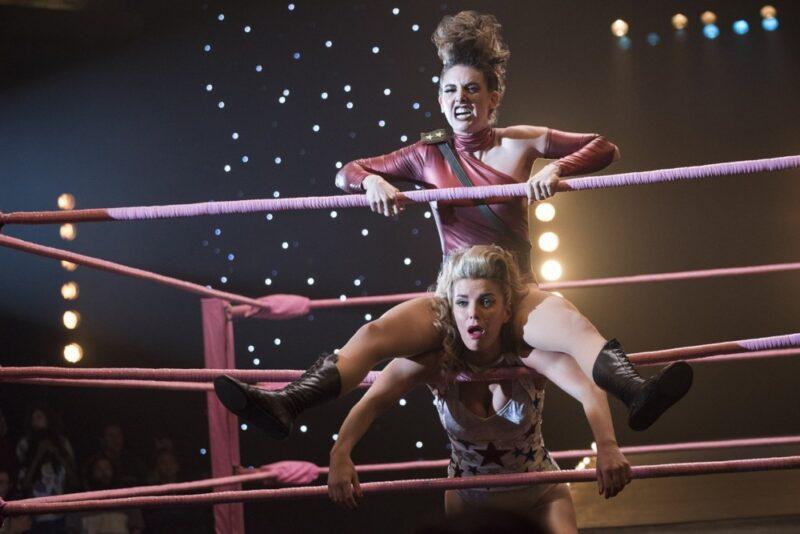 Alison Brie e Betty Gilpin in Glow