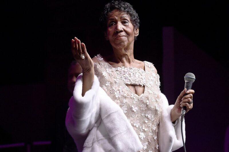 Aretha Franklin in un recente concerto, visibilmente dimagrita