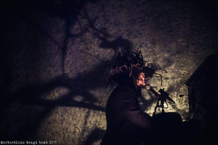 Vinicio Capossela al piano gioco di ombre