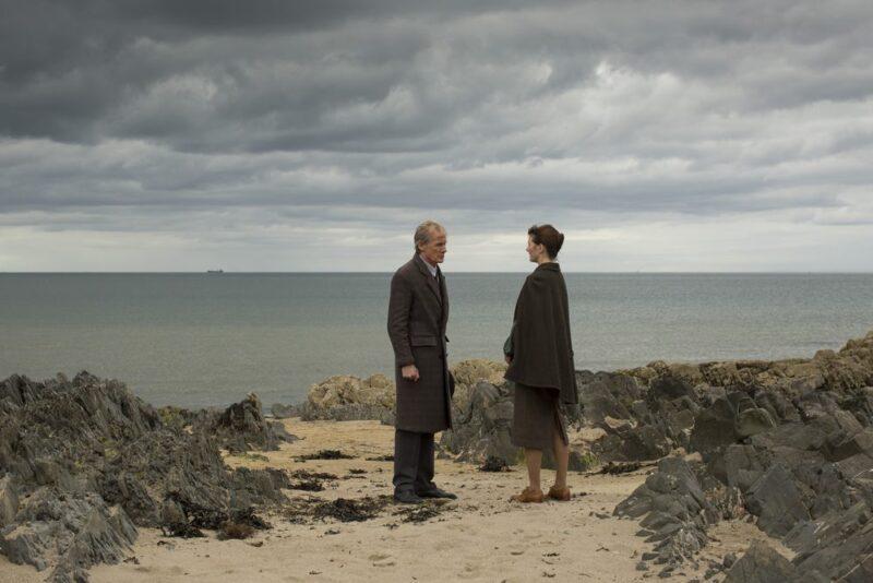 Billy Nighy e Emily Mortimer in una scena
