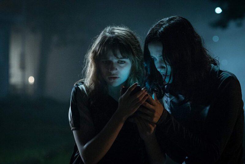 Slender Man - Joey King and Julia Goldani in una scena tratta dal film