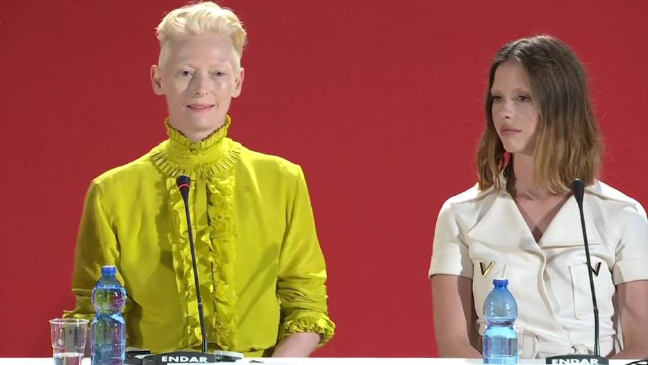 Tilda Swinton e Mia Goth durante la conferenza