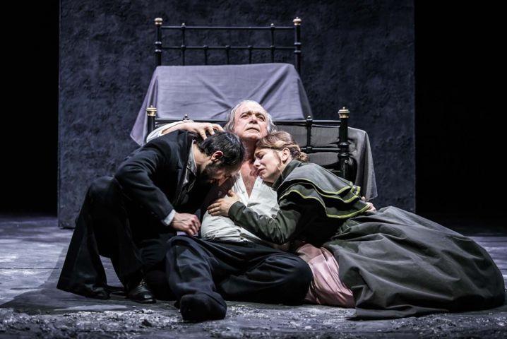 I miserabili - Filippo Borghi (Marius), Franco Branciaroli (Jean Valjean) e Romina Colbasso (Cosette)