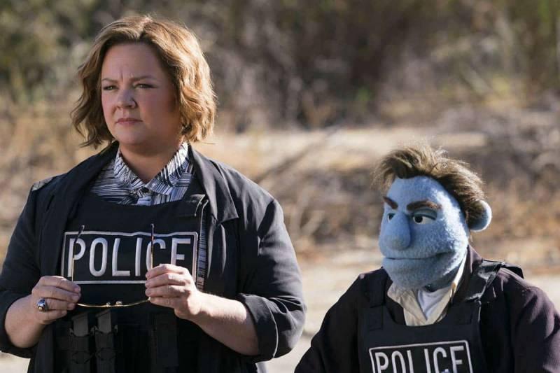 Pupazzi senza gloria - Melissa McCarthy e il pupazzo Phil in tenuta da polizia