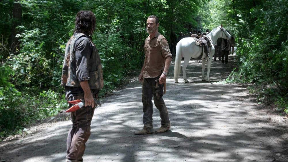 The Walking Dead - Andrew Lincoln (Rick) e Norman Reedus (Daryl) in una scena di Obbligati
