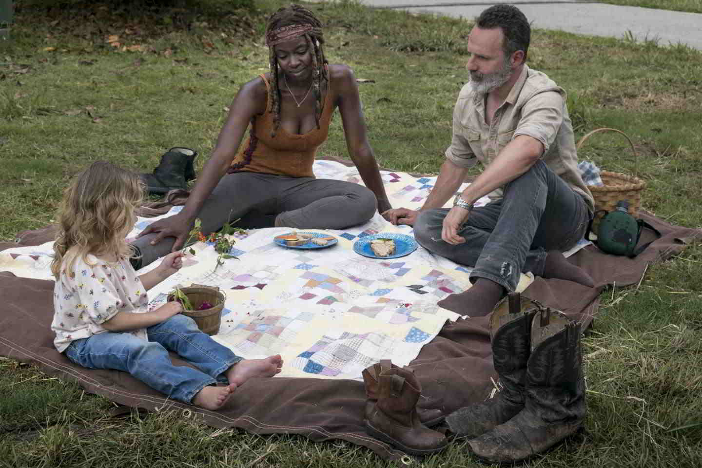 The Walking Dead - Andrew Lincoln (Rick) e Danai Gurira (Michonne) in una scena dell'episodio Segnali d'allarme