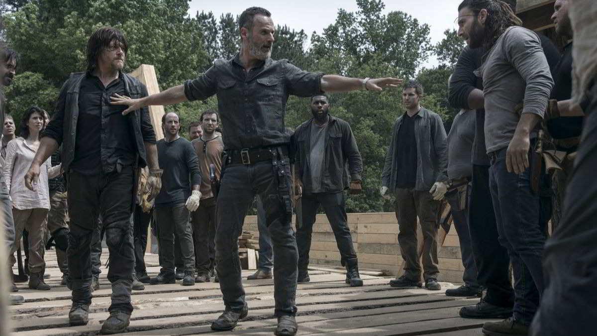 The Walking Dead - Andrew Lincoln (Rick) e Norman Reedus (Daryl) in una scena dell'episodio Il ponte