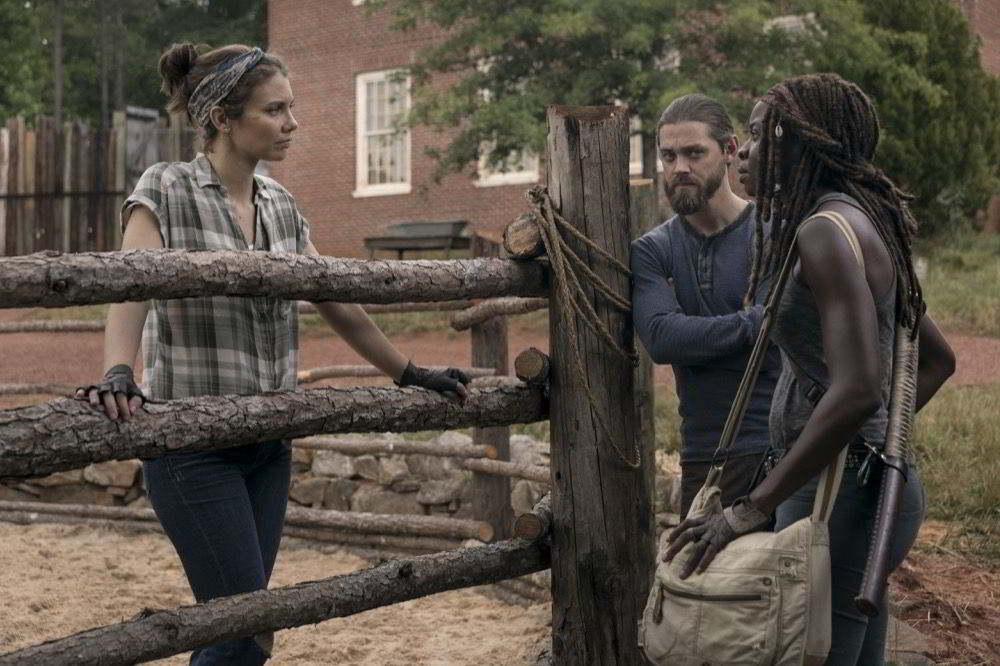 The Walking Dead - Lauren Cohan (Maggie) Tom Payne (Jesus) e Danai Gurira (Michonne) in una scena dell'episodio Il ponte