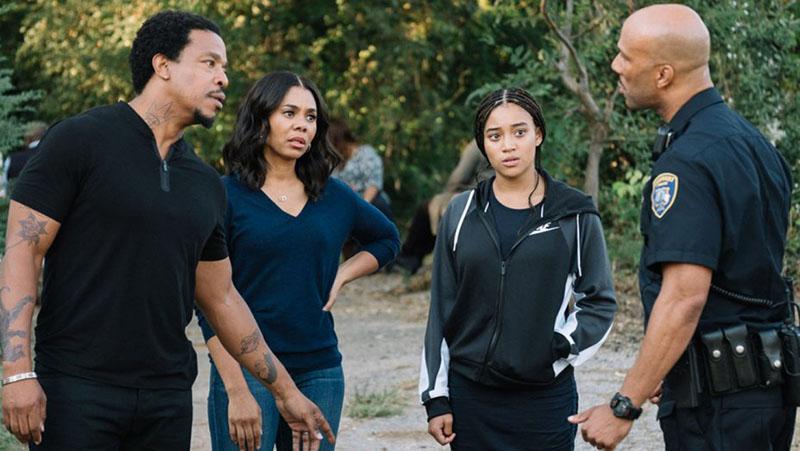The hate U give: Starr (Amandla Stenberg) con i genitori e lo zio Carlos in una scena del film