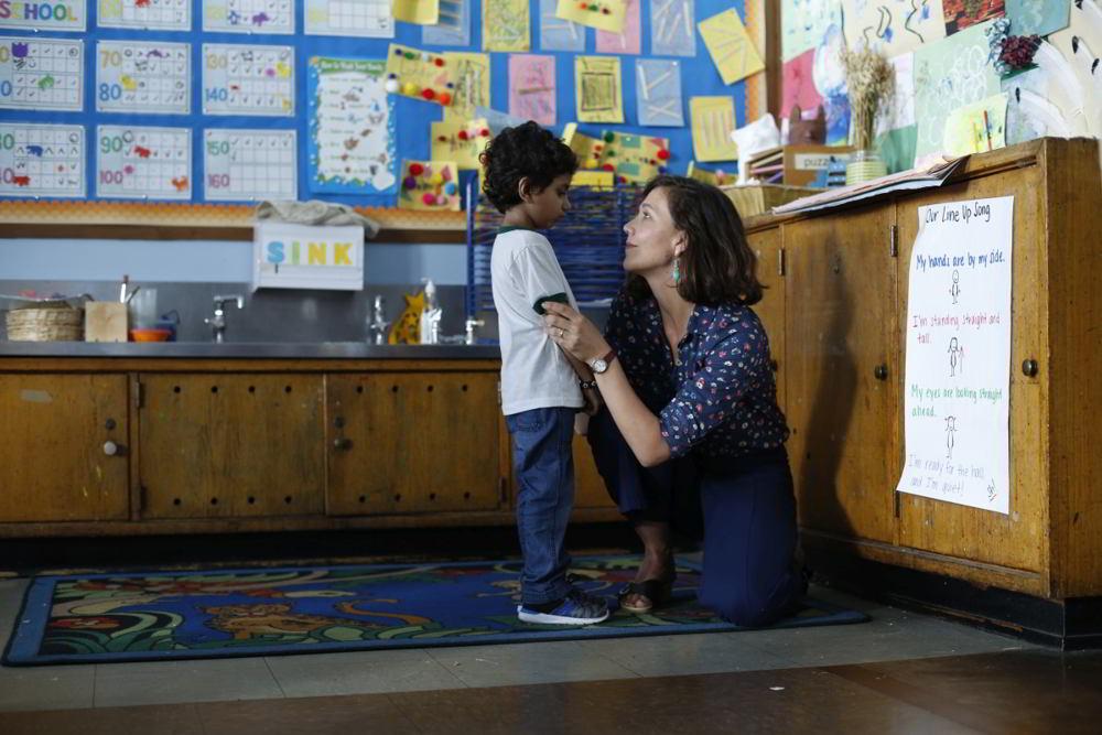 Lontano da qui - Maggie Gyllenhaal e il piccolo Parker Sevak in una scena