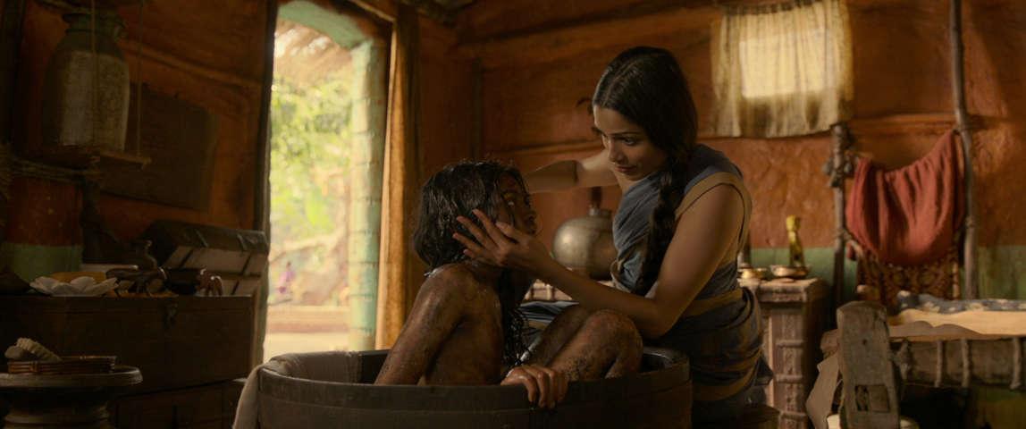 Mowgli - Il figlio della giungla - Rohan Chand e Freida Pinto