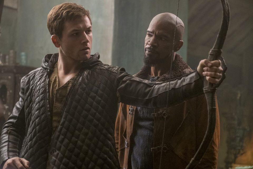 Robin Hood - L'origine della leggenda - Robin Hood (Taron Egerton) e Yahya/John (Jamie Foxx)