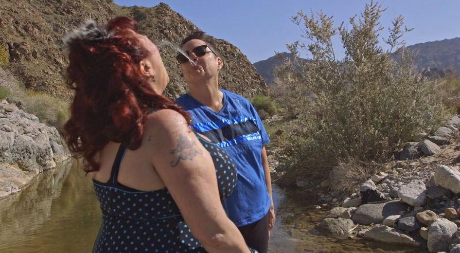 Annie Sprinkle e Beth Stephens in una scena del loro documentario Water Makes Us Wet
