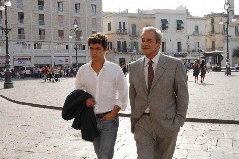 Ennio Fantastichini insieme a Riccardo Scamarcio in una scena di Mine vaganti, film che gli è valso il David di Donatello nel 2010