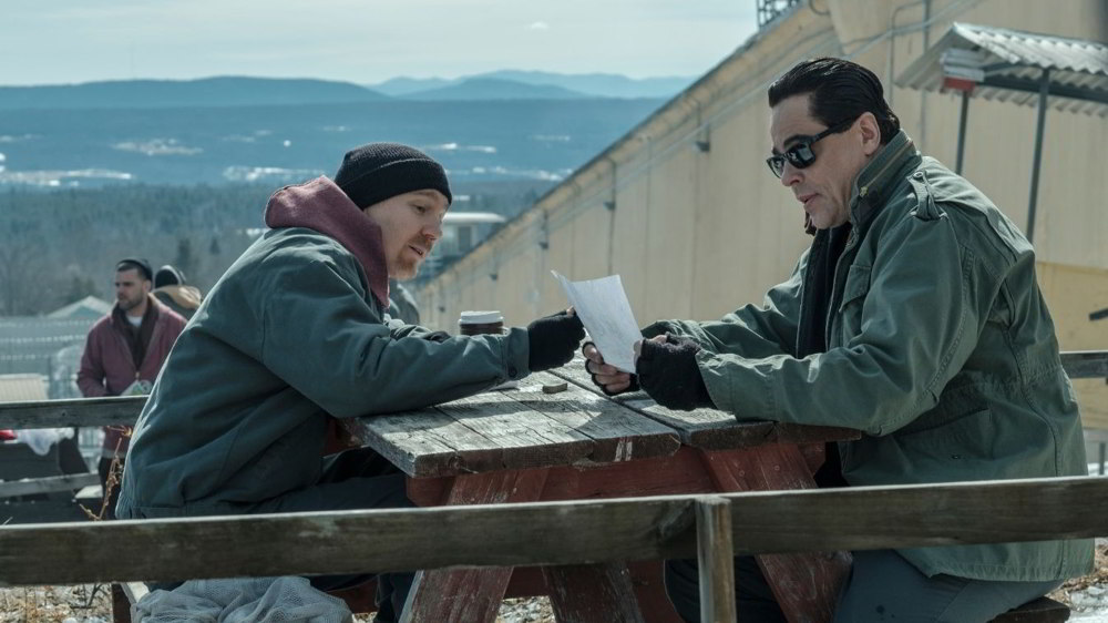 Escape at Dannemora - Paul Dano e Benicio Del Toro in una scena
