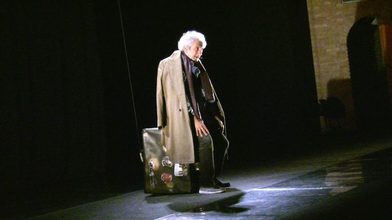 Novecento - Eugenio Allegri siede sulla valigia