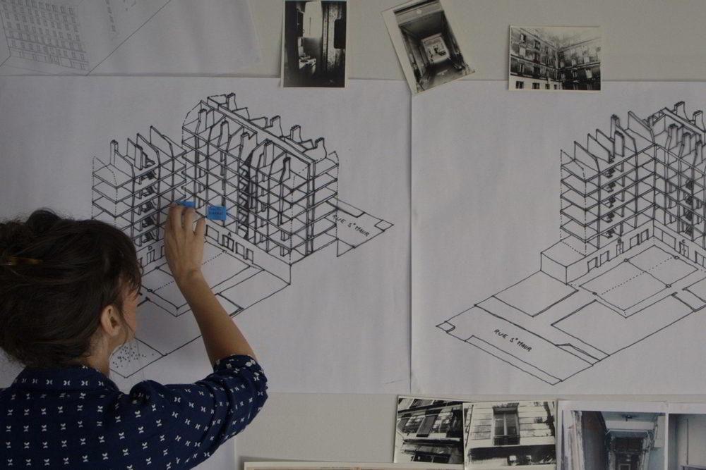 I bambini di Rue Sant-Maur 209 - La documentarista Ruth Zylberman mentre ricostruisce la pianta del 209