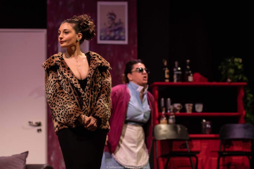 Teresa Battaglia e Pamela Losacco in una scena di Una serata con Will & Grace