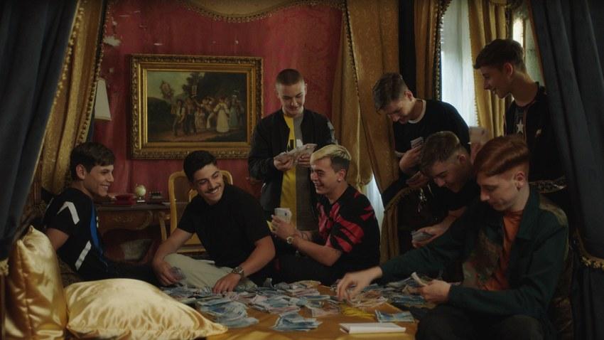 I ragazzi de La paranza dei bambini in una scena del film