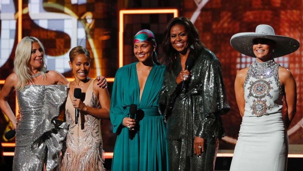 Lady Gaga, Jada Pinkett Smith, Michelle Obama e Jennifer Lopez sul palco dei Grammy Awards