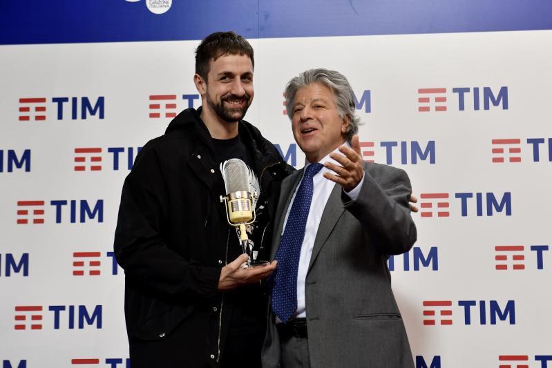 Il frontman dei La Rua Davide Incicco riceve il premio Assomusica 2019