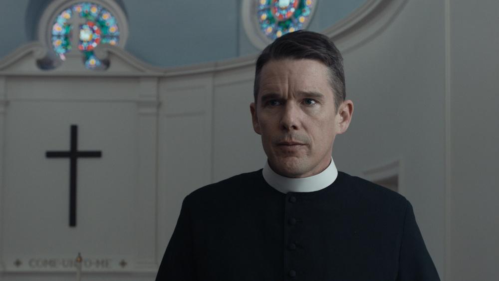 Ethan Hawke nel ruolo del reverendo Toller in First Reformed - La creazione a rischio, film per cui ha vinto Lo Spirit Award come miglior attore protagonista