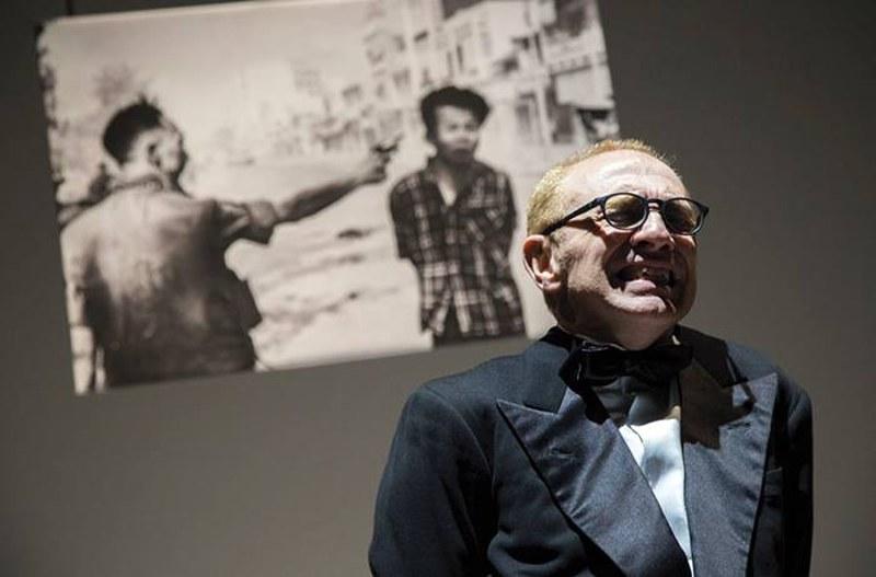 Gianluca Ferrato in una scena dello spettacolo Truman Capote