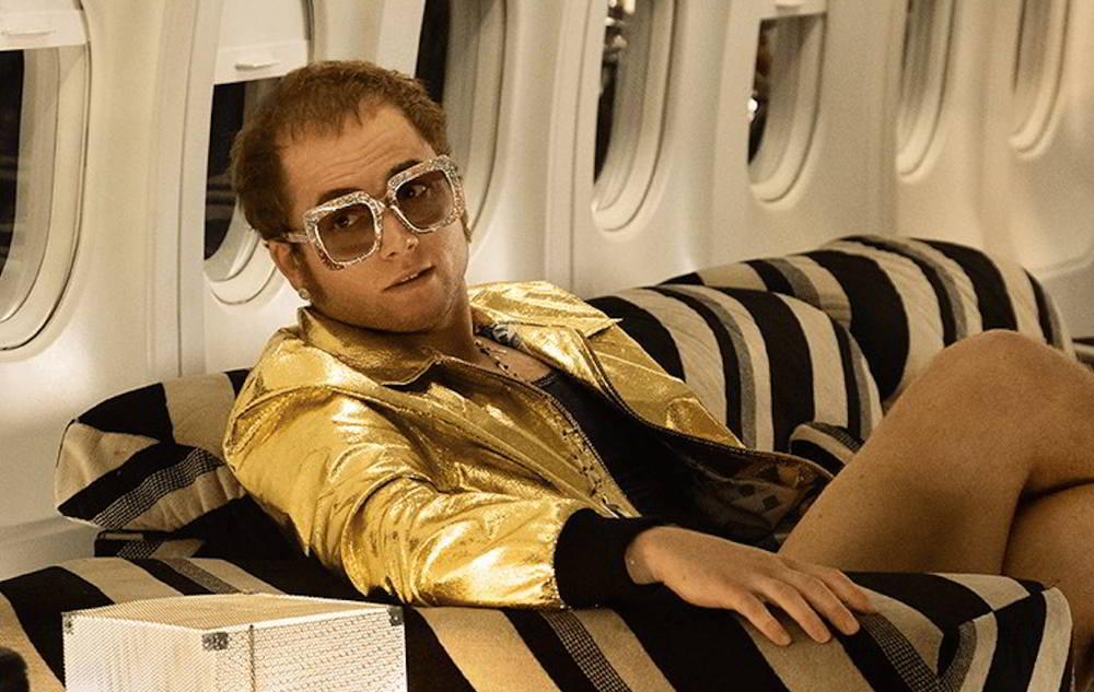 Taron Egerton nei panni di Elton John nel biopic Rocketman