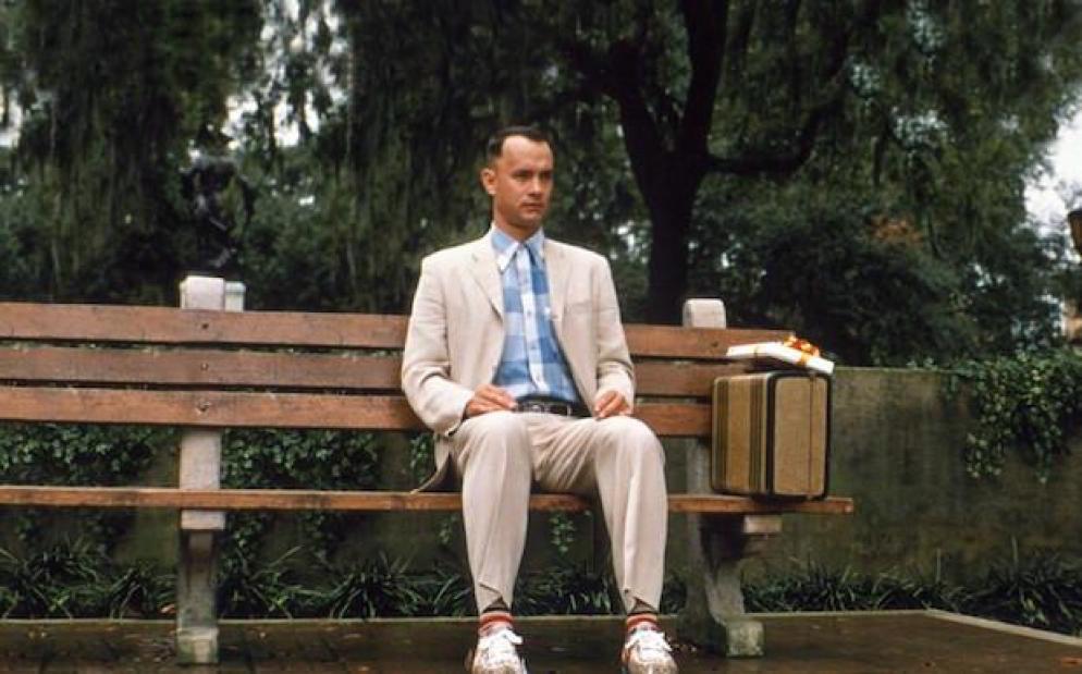Tom Hanks in una scena emblematica di Forrest Gump