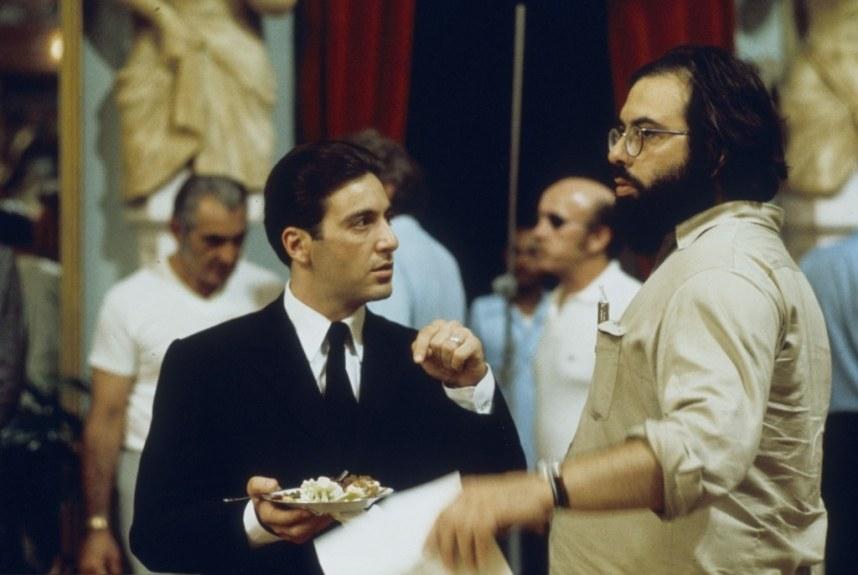 Coppola mentre dirige Al Pacino in una scena de Il Padrino