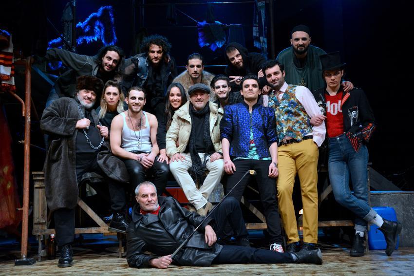 Il cast al completo dell'opera Romeo l'ultrà e Giulietta l'irriducibile