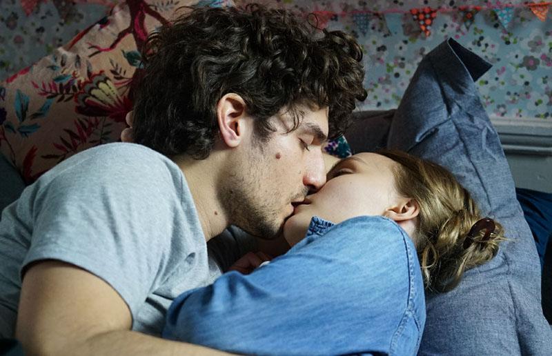 L'uomo fedele: Abel (Louis Garrel) tra le braccia della maliziosa Eve (Lily-Rose Depp)