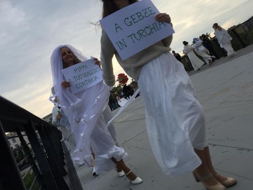 Alcune spose di Pace sfilano a Roma per ricordare Pippa
