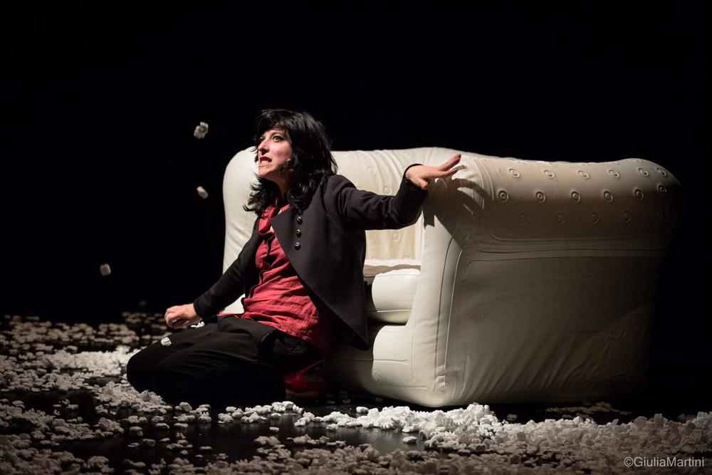 Annagaia Marchioro in un momento dello spettacolo Modern family 1.0