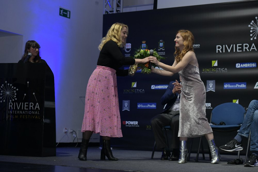 Fanni Metelius e Josephine De La Baume al Riviera International Film Festival Credit Nicola Bottinelli