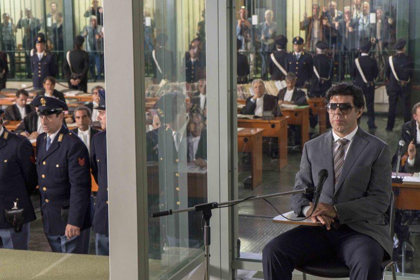 Favino interpreta Buscetta mentre testimonia al Maxi processo