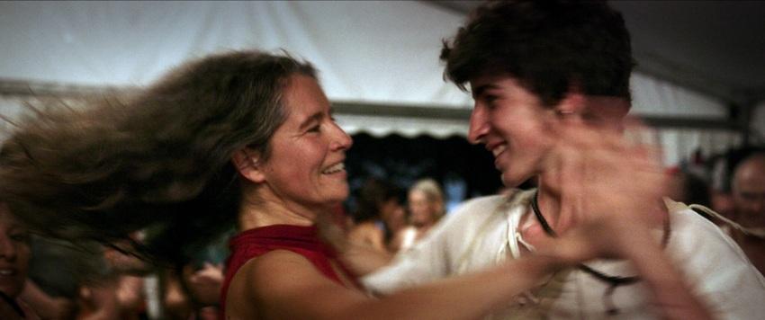 Un frame di un ballo tra due persone in Le Grand Bal