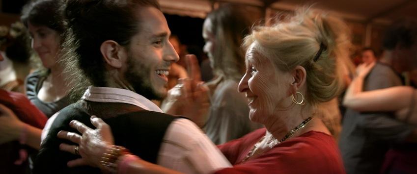 Un ragazzo ed una signora più anziana che ballano insieme durante il festival de Le Grand Bal