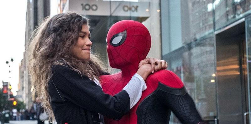 Spider-Man-Far from home: Spider-Man (Tom Holland) vola con MJ (Zendaya) tra i grattacieli di New York