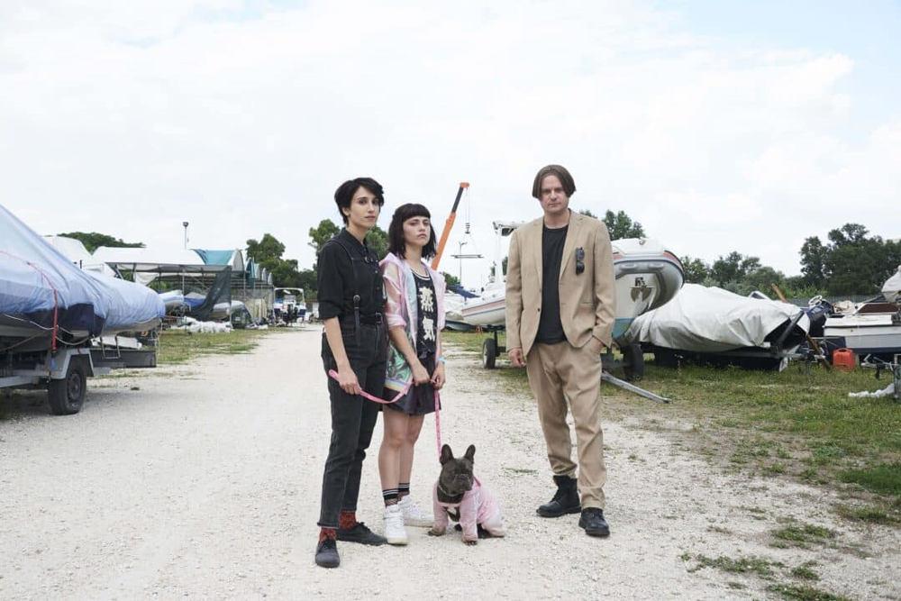 Il colpo del cane - Daphne Scoccia, Silvia D'Amico ed Edoardo Pesce in una scena