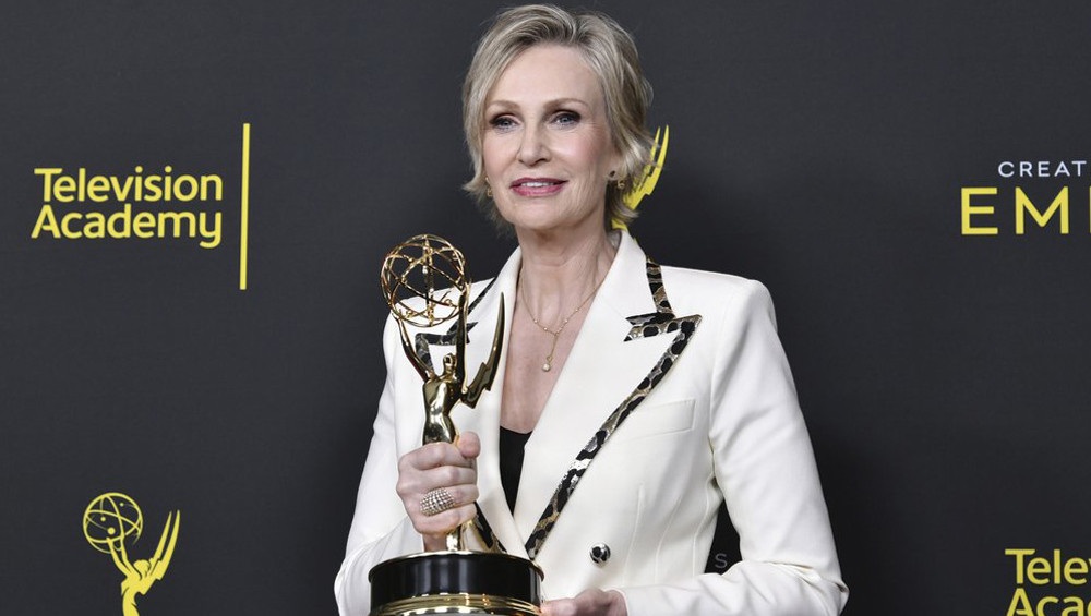 Jane Lynch riceve l'Emmy come guest star nella serie comedy The Marvelous Mrs. Maisel