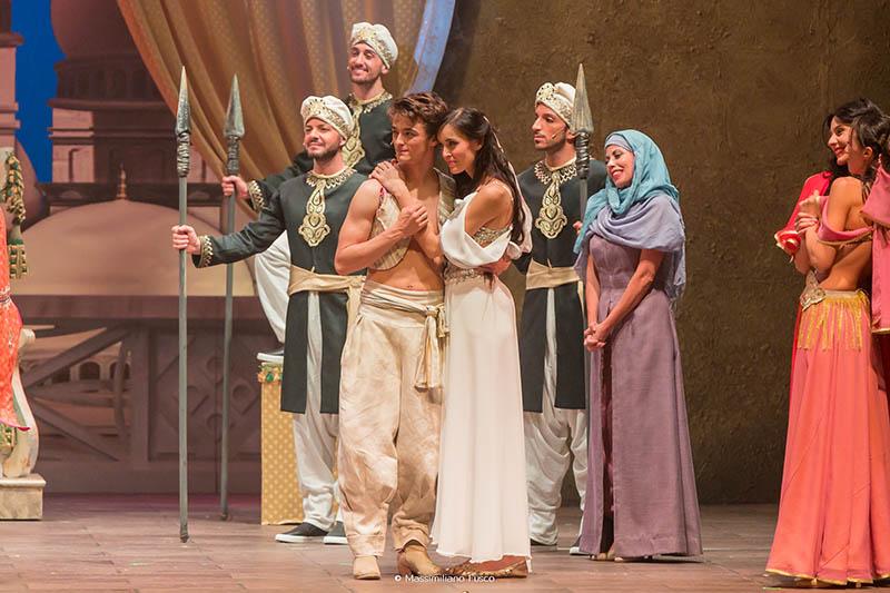 Aladin - Il musical geniale: Aladin (Leonardo Cecchi) e Jasmine (Emanuela Rei) pronti per il gran finale della storia