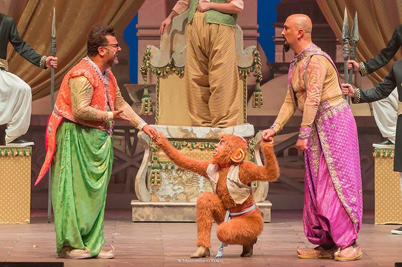 Aladin - Il musical geniale: Il genio dell'anello (Sergio Friscia), il genio della lampada (Umberto Noto) e Coco (Raffaella Alterio) in una scena