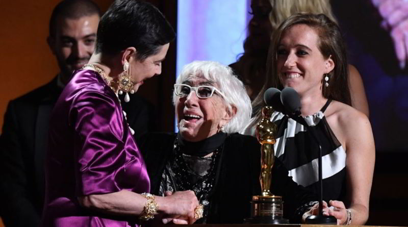 Lina Wertmuller riceve l'Oscar onorario alla carriera e scherza con Isabella Rossellini