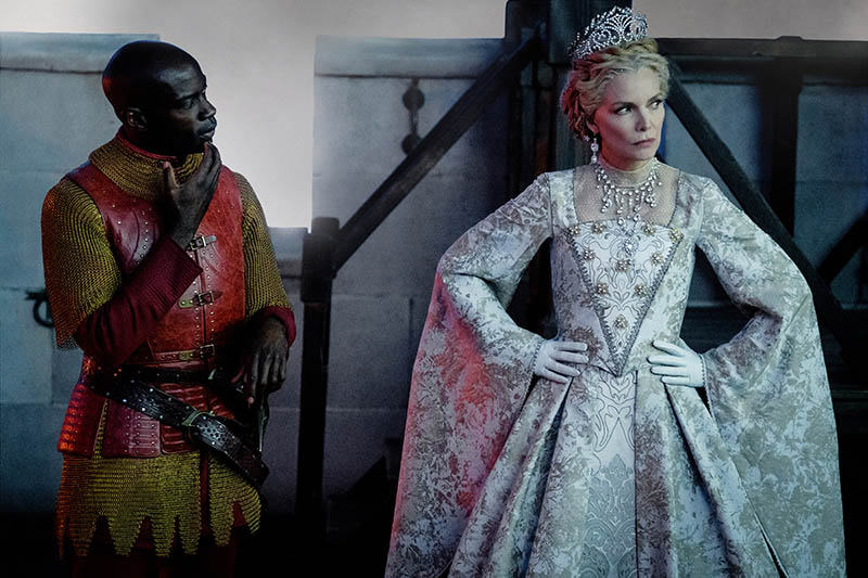 Maleficent - Signora del Male: Michelle Pfeiffer trama accanto al suo servitore Percival, interpretato da David Gyasi